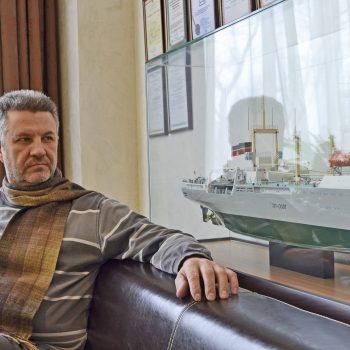 Григорий Цыпин возле своего макета